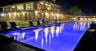 Der Pool am Abend im Aquila Private Game Reserve